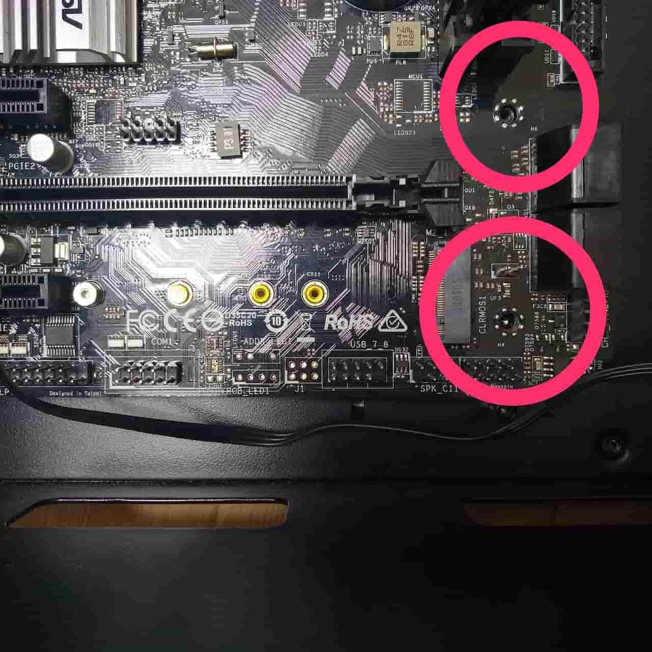 マザーボードの取り付け 穴の位置